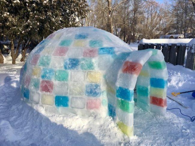 Un tip a construit o casă iglu grozavă din niște blocuri colorate (13 foto)