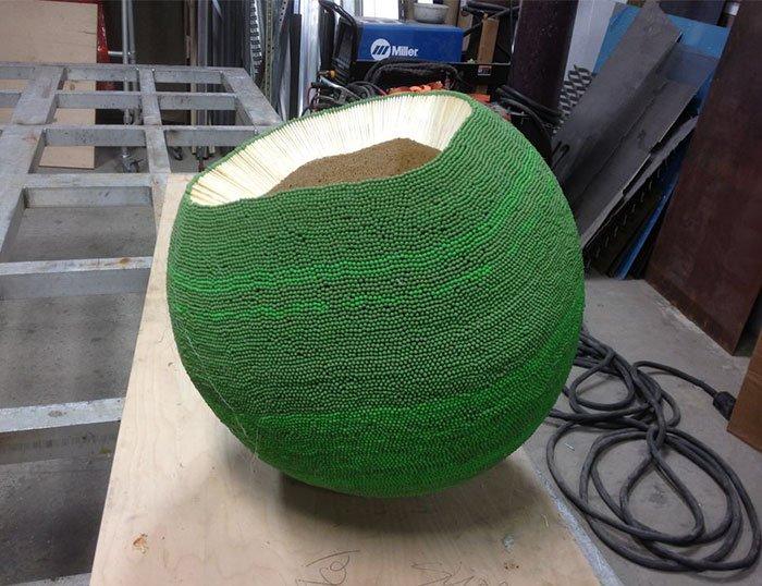 Un tip aproape un an a lipit o minge imensă din 42 de mii de chibrituri, pentru a o aprinde (15 foto + video)