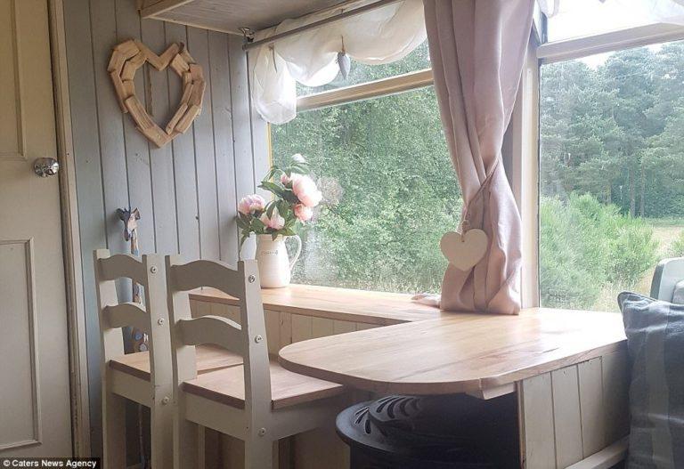 Un cuplu a cumpărat un autobuz vechi și l-a transformat într-o casă pe roți confortabilă (15 foto)